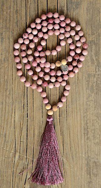 ručně vyrobená meditační mala Rodonit a Santalové dřevo s bordó střapcem