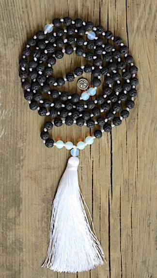 ručně vyrobená meditační mala Lávové kameny a Opalit s bílým střapcem