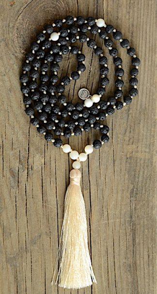 ručně vyrobená meditační mala Lávové kameny a Perleť se žlutým střapcem