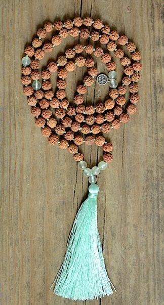 ručně vyrobená meditační mala Rudraksha a Prehnit se zeleným střapcem