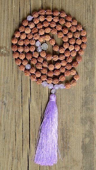 ručně vyrobená meditační mala Rudraksha a Ametyst levandulový s fialovým střapcem