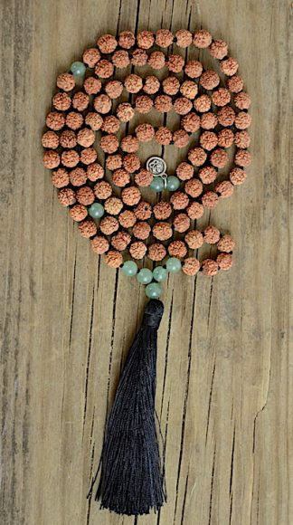 ručně vyrobená meditační mala Rudraksha a Aventurín zelený s černým střapcem