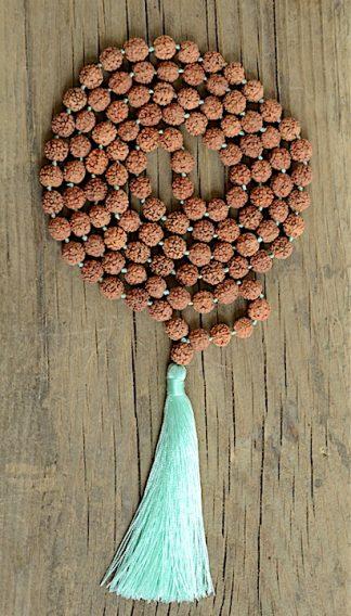 ručně vyrobená meditační mala Rudraksha se zeleným střapcem