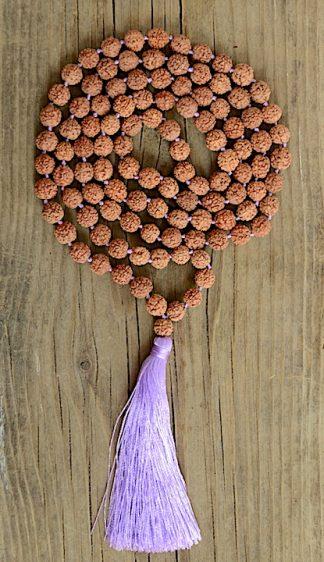 ručně vyrobená meditační mala Rudraksha s fialovým střapcem