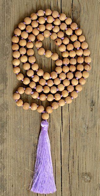 ručně vyrobená meditační mala Santalové dřevo s fialovým střapcem