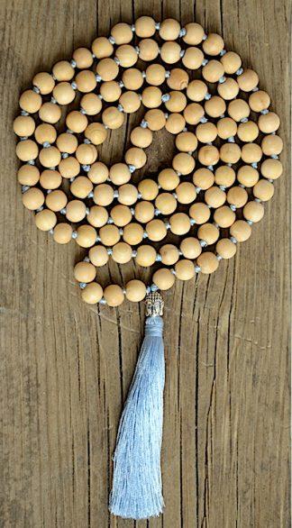 ručně vyrobená meditační mala Santalové dřevo s Buddhou a s modrým střapcem
