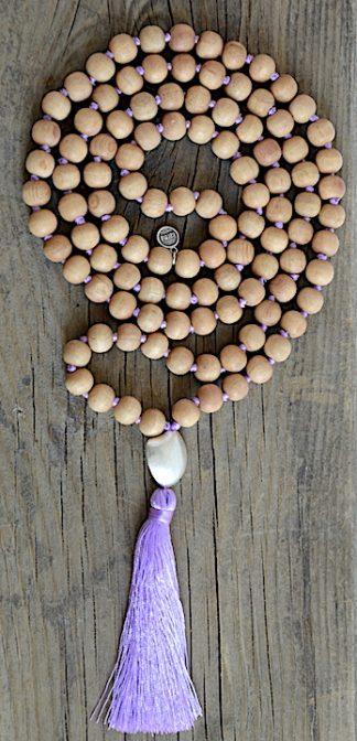 ručně vyrobená meditační mala Santalové dřevo s perleťovým kamínkem a fialovým střapcem