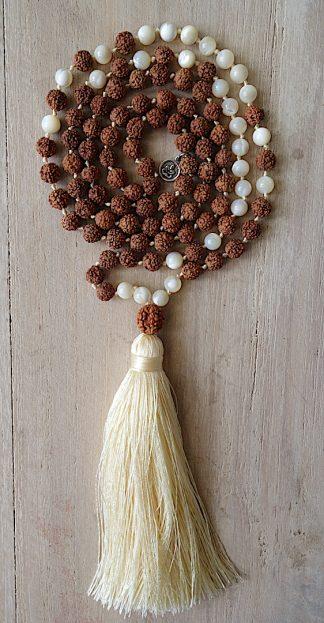 ručně vyrobená meditační mala Rudraksha a Perleť