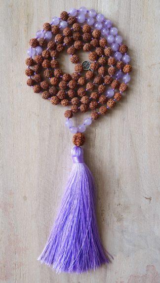 ručně vyrobená meditační mala Rudraksha a Ametyst levandulový