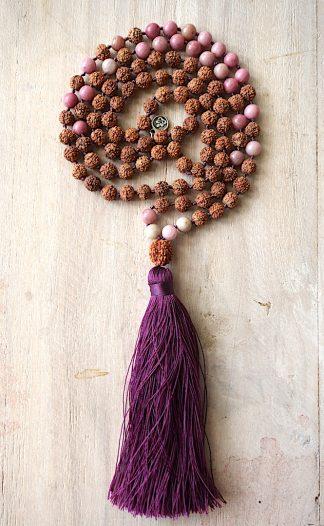 ručně vyrobená meditační mala Rudraksha a Rodonit