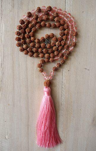 ručně vyrobená meditační mala Rudraksha a Jahodový kříšťál