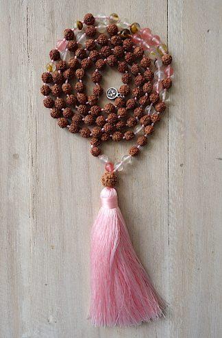 ručně vyrobená meditační mala Rudraksha a Třešňový křišťál