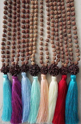 ručně vyrobená meditační mala Rudraksha a velký Bindu - různé barvy střapce