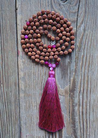 ručně vyrobená meditační mala Rudraksha a Achát fuchsiový