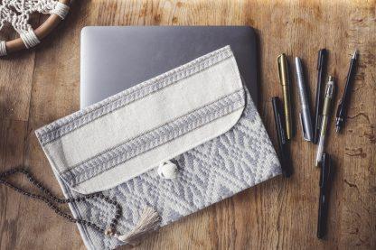 ručně tkaná taška Grey 11″ na laptop