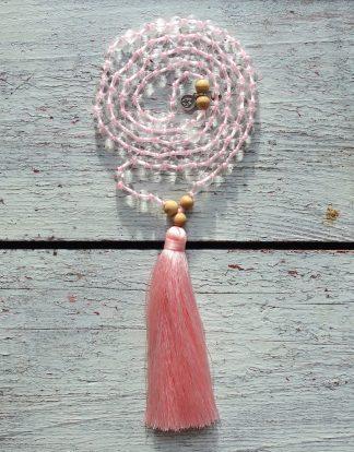ručně vyrobená meditační mala Křišťál a Santalové dřevo s růžovým střapcem