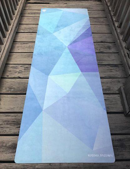 protiskluzová jógová podložka Melting na prkenné podlaze