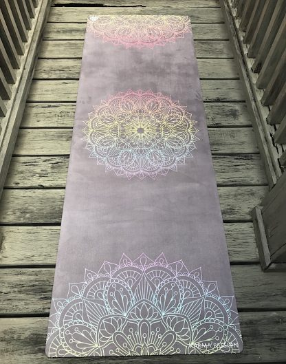 protiskluzová jógová podložka Mandala 7 Chakras na prkenné podlaze