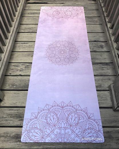protiskluzová jógová podložka Mandala Pink na prkenné podlaze