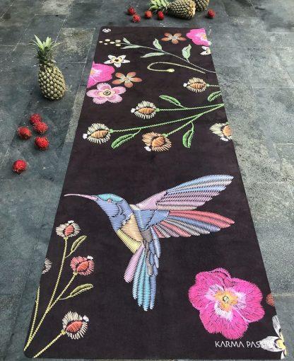 protiskluzová jógová podložka Night Birds na kamenné podlaze
