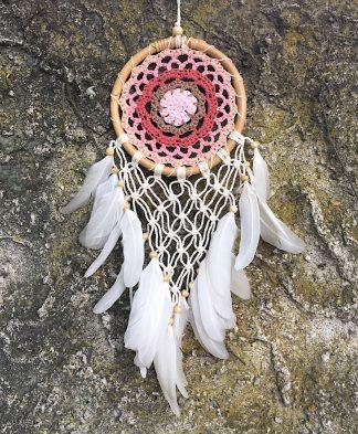 ručně vyrobený lapač snů růžovo bílý s macramé v bambusovém kruhu 43 cm