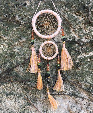 ručně vyrobený lapač snů korálkový starorůžový 25 cm