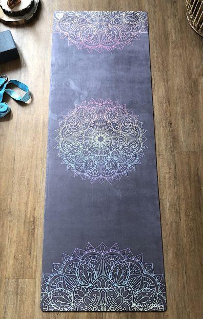 protiskluzová jógová podložka Mandala 7 Chakras na dřevěné podlaze