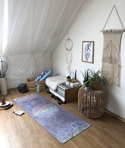 protiskluzová jógová podložka Mandala 7 Chakras na podlaze v bytě