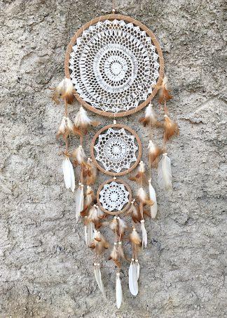 ručně vyrobený lapač snů bílo béžový 3 kruhy 105 cm