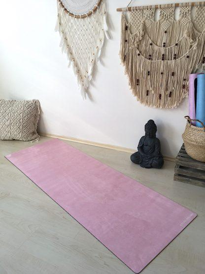 protiskluzová jógová podložka Marshmallow Nude na podlaze v bytě