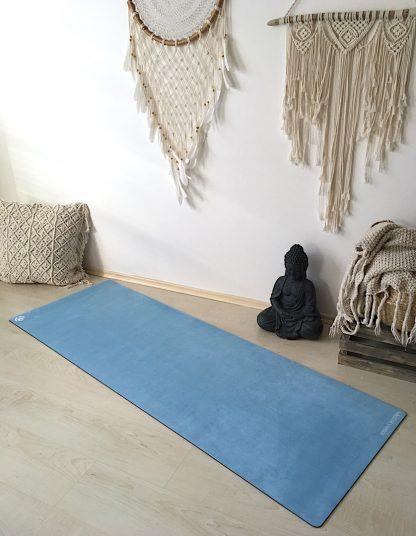 protiskluzová jógová podložka Marshmallow Blue Sky na podlaze v bytě