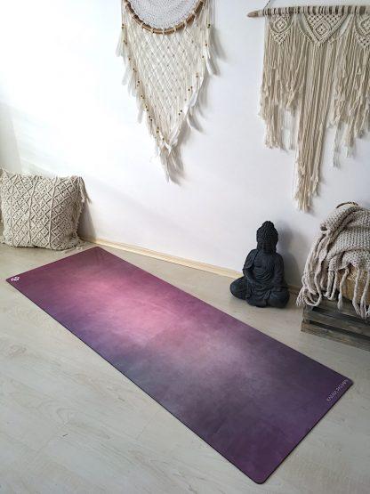 protiskluzová jógová podložka Gypsy Girl na podlaze v bytě