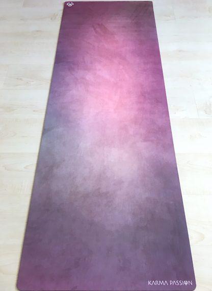 protiskluzová jógová podložka Gypsy Girl na podlaze