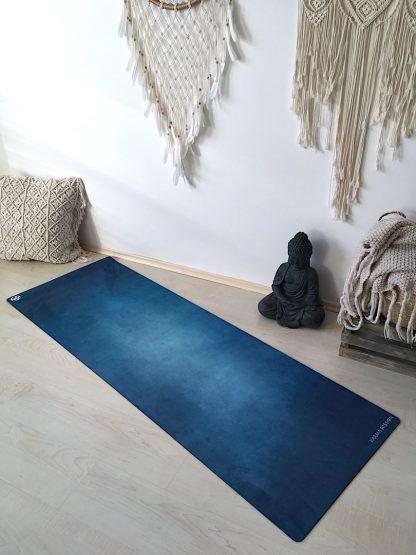 protiskluzová jógová podložka Magic Deep na podlaze v bytě
