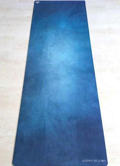 protiskluzová jógová podložka Magic Deep na podlaze
