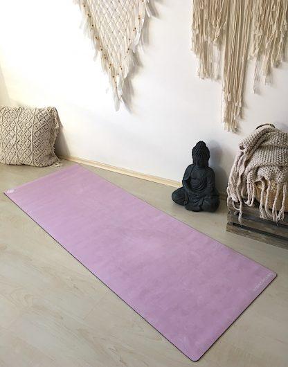 protiskluzová jógová podložka Marshmallow Pinky na podlaze v bytě