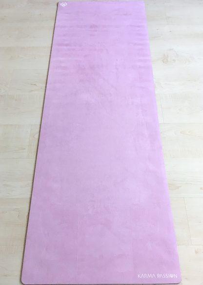protiskluzová jógová podložka Marshmallow Pinky na podlaze