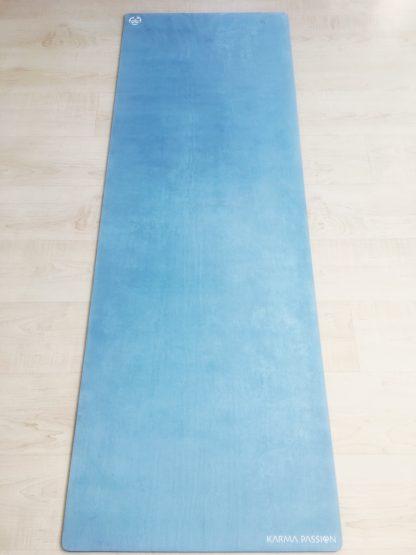 protiskluzová jógová podložka Marsmallow Blue Sky na podlaze