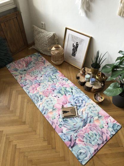 protiskluzová jógová podložka Just Succulents na parketové podlaze v bytě