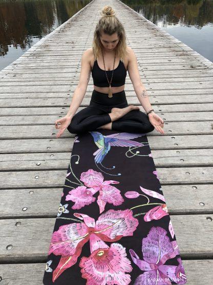 protiskluzová jógová podložka Japanese Garden na prkenné podlaze s jogínkou