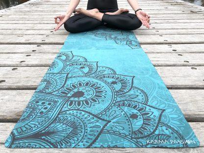 protiskluzová jógová podložka Mandala Deep na prkenné podlaze s jogínkou detail
