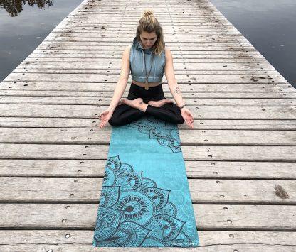 protiskluzová jógová podložka Mandala Deep na prkenné podlaze s jogínkou