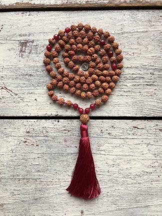 ručně vyrobená meditační mala Rudraksha a Rubín