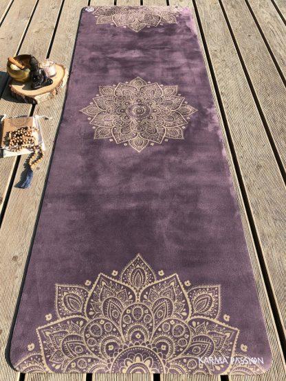 protiskluzová jógová podložka Mandala Gold na prkenné podlaze