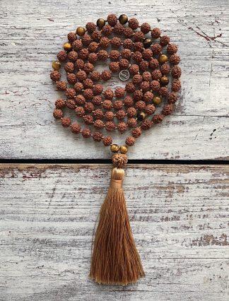 ručně vyrobená meditační mala Rudraksha a Tygří oko