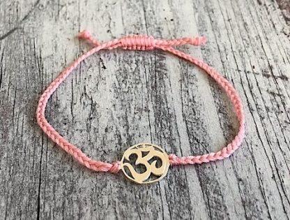 šňůrkový mantra náramek OHM růžový detail