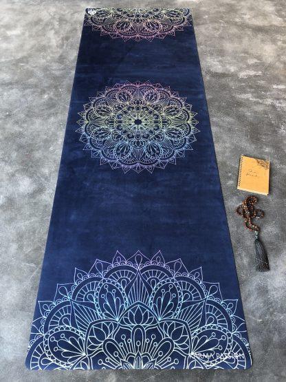protiskluzová jógová podložka Mandala 7 Chakras Blue na betonové podlaze