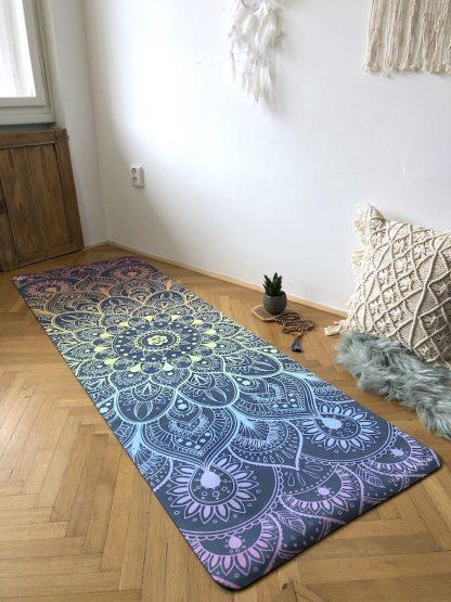 protiskluzová jógová podložka Chakra Sounds na parketové podlaze v bytě