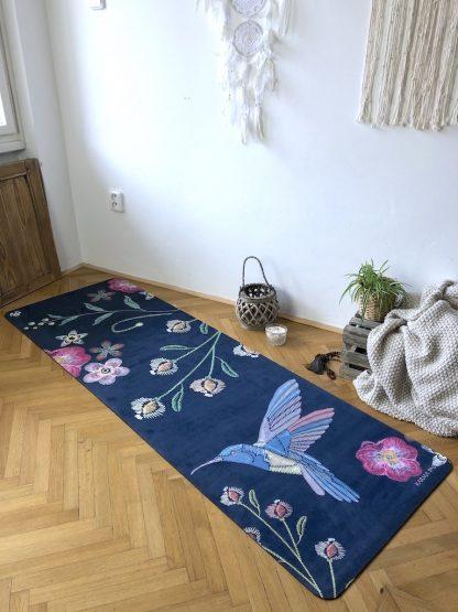 protiskluzová jógová podložka Night Birds blue na parketové podlaze v bytě
