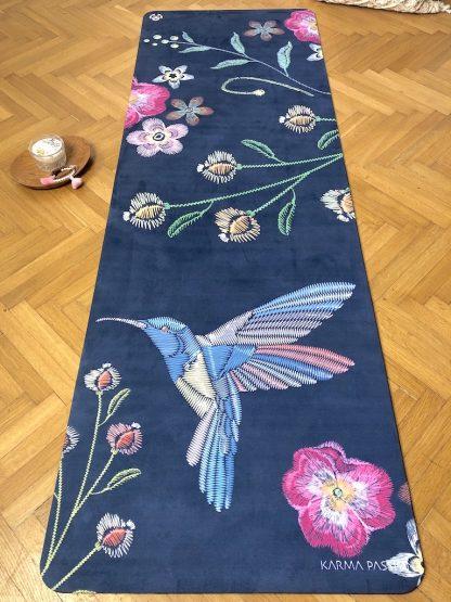 protiskluzová jógová podložka Night Birds blue na parketové podlaze